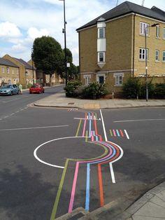 L'artiste montréalais Roadsworth, Peter Gibson de son vrai nom, réalise des oeuvres de street art amusantes à ras de terre en jouant avec la signalétique au sol des passages piétons, des pistes cyclables et autres aménagements urbains.