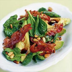 Salade van spinazie, avocado, gebakken parmaham en pijnboompitjes