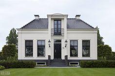 Projekt klasycznego domu w Amsterdamie. Dom w klasycznym stylu. Klasyczna elewacja domu w bieli. Jak zaprojektować klasyczny dom - pomysły i inspiracje.