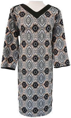 Vestido estampado, cuello pico, tejido grueso, mangas semi, ribeteado en crep doble en color liso en cuello y mangas.