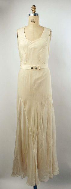 Evening dress 1935. Me encantan los pequeños cinturones que llevan muchos de los vestidos de los años 30.