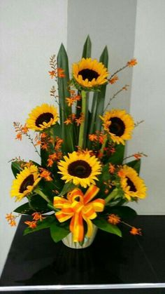 Best Beautiful Flowers Arrangement Ideas For Your Wedding - Life Hack Sunflower Floral Arrangements, Valentine Flower Arrangements, Creative Flower Arrangements, Flower Arrangement Designs, Funeral Flower Arrangements, Beautiful Flower Arrangements, Flower Designs, Beautiful Flowers, Altar Flowers