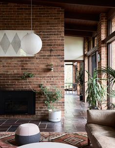 The Design Files Brick Interior, Mid-century Interior, Interior Architecture, Interior Decorating, Decorating Bathrooms, Decorating Ideas, Mid Century Modern Living Room, Mid Century House, Mid Century Ranch