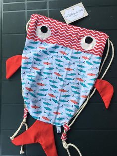 Fish Backpack - Sick Tutorial and Ideas Baby Sewing Projects, Sewing For Kids, Sewing Art, Sewing Crafts, Fishing Backpack, Animal Bag, Potli Bags, Baby Girl Dress Patterns, Fish In A Bag