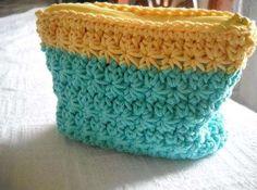 Neceser de ganchillo en color turquesa y amarillo - Fuente: Pinterest