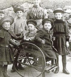 1800-luvun kärryihin mahtui kaksi lasta. Kuva on Helsingin Katajanokalta. MUSEOVIRASTON KUVA-ARKISTO