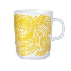 Ihastuttava Kurjenpolvi-muki on täydellinen kuumaa teetä tai kahvia varten! Marimekolta tuleva muki on Sami Ruotsalaisen suunnittelemasta Oiva-sarjasta, mihin on painettu Aino-Maija Metsolan suunnittelema kaunis, kukallinen kuosi. Värikäs muki piristää ruokapöytää ja mieltä,  ja se on helppo yhdistää muihin Marimekon upeisiin astioihin.