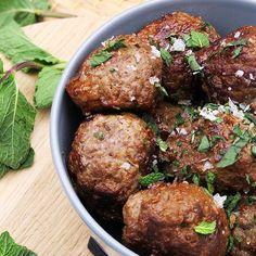 Orienten i en mundfuld - værsgo, #græskefrikadeller. Græsk #fastfood når det er bedst. #madblogger #madblog #nemaftensmad #sundmad #madopskrifter #detgodeliv #græskmad #nemmad https://udbye.dk/graeske-frikadeller/