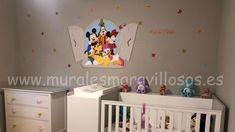 Mural infantil Mickey y amigos asomados a una ventana, pintado en cuarto de bebé Ideas Habitaciones, Minnie, Madrid, Toddler Bed, Daisy, Furniture, Home Decor, Disney Rooms, Girl Rooms