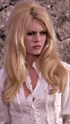 Something smells . Brigitte Bardot, Bridget Bardot, Glamour Photo Shoot, Most Beautiful Faces, French Actress, Famous Celebrities, Classic Beauty, Belle Photo, Beautiful Actresses