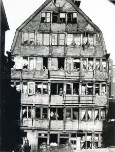 House and people living in it. Photograph by Hans Breuer 1904 - Hamburg, Germany. House and people living in it. Photograph by Hans Breuer Vintage Pictures, Old Pictures, Photos Du, Old Photos, Films Récents, Fosse Commune, Hamburg Germany, Jolie Photo, Grand Tour