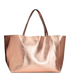 Rose gold-colored. Shopper in soft, grained imitation leather with two handles and magnetic closure at top. Inner compartment with zip. Size 7 1/2 x 11 3/4
