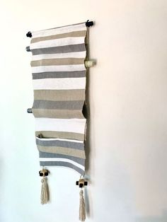 I saw a gorgeous, wall-mounted, woven wine rack at Anthropologie. Sadly, shipping anything internationally is expensive, so I decided to make my own. My version is made from a fabric table runner and has a couple of extra storage pockets. It can be sewn by hand and is pretty foolproof even for sweaty-handed, non-sewers such as myself.Find a runner, matching thread and strong pipe Giant Scrabble Tiles, Scrabble Tile Wall Art, Hanging Wine Rack, Boho Wall Hanging, Oar Decor, Diy Cadeau, Pop Art Portraits, Bottle Wall, Purple Hues