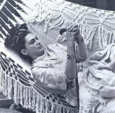 Ofelia Median personifica a Frida Kahlo en pelicula naturaleza viva