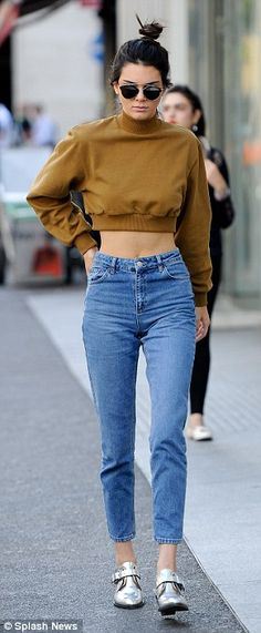 Kendall Jenner shows off her TINY waist in cropped sweater Blusa manga loga cropped - calça jeans cintura alta - sapato metalizado Kendall Jenner Outfits Casual, Kendall Jenner Estilo, Casual Outfits, Kendall Jenner Quotes, Kendall Jenner Fashion, Kendall Jenner Casual, Kendall Jenner Bikini, Kendall Jenner Body, Kendall Jenner Modeling