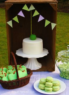 Apple themed birthday party - delicious! Love the bunting.