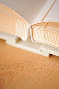 Album fotos tradicional feito à mao personalizado fabrico Silvia Pontes Atelier para Foto de Sonho em Sintra Book Binding Design, Book Design, Homemade Books, Bookbinding Tutorial, Diy Notebook, Book Projects, Leather Journal, Grafik Design, Scrapbook Albums