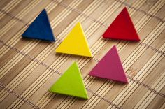Spilla a forma di triangolo, delta, triangoli, 1pz di HandmadeWithLove su DaWanda.com