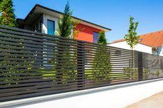 Look at Aluminum-Zaun Linea- Guardi Aluminium-Zaun Linea Look at Aluminum-Zaun … - Zaun Ideen Cerca Horizontal, Horizontal Fence, House Gate Design, Fence Design, Garden Design, Backyard Fences, Fenced In Yard, Compound Wall Design, Aluminum Fence
