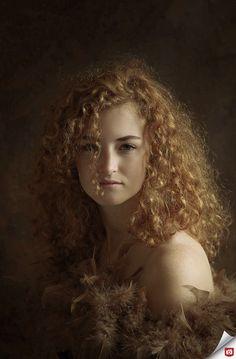 Wat een prachtig portret! De foto heeft niet alleen een bijzonder schilderachtig sfeertje door het gebruik van de roodtinten en zacht licht, maar ook het model staat er bijzonder goed op. Gefeliciteerd met deze Foto van de Dag, Reiny64! Bekijk meer bijzondere portretten: http://reiny64.zoom.nl