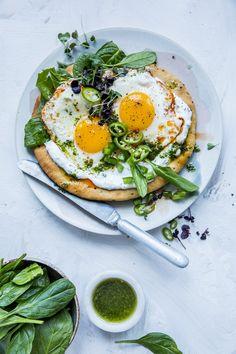Glad i speilegg? Prøv denne fargerike smaksbomben - mykt nanbrød toppet med mynteyoghurt, frisk spinat, chilistekte speilegg, en deilig urteolje og grønt. Nam!