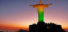Cristo Redentor com as cores do Brasil.