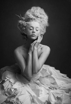 Reminds me of a Marilyn Monroe portrait.