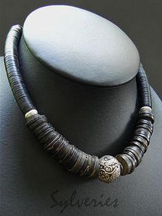 Collier ethnique de perles en rondelles de bois africaines anciennes, avec au centre une grosse