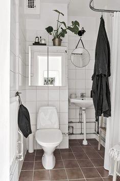 Helkaklat badrum mellan Master bedroom och barnrummet. Grimmeredsvägen 7 - Bjurfors