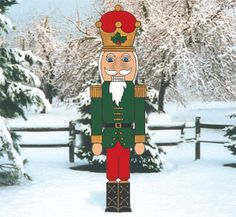 Giant Nutcracker Woodcrafting Pattern This huge, easy-to-make holiday display is sure to draw attention standing in your yard. #diy #woodcraftpatterns