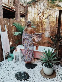 8 Ways I Get Motivated to Stick to My Goals - - Jardin Boheme Recup Boho Bathroom, Chic Bathrooms, Bathroom Styling, Bathroom Tubs, Eclectic Mirrors, Country Style Bathrooms, Built In Bathtub, House Design Pictures, Outdoor Baths