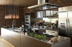 37 Inspirações e Dicas de Decoração para Cozinha com Ilha - Cozinhas Decoradas - Decoração de Cozinhas - Cozinha com Ilha - Cozinha - Design de Cozinhas - Kitchen - Design Kitchen - Banquetas de Cozinha - Banqueta - Bancos - Banquinho - Blog Decostore - Decoração - Pendentes - Coifa - Cozinha de Inox - Cozinhas Bonitas