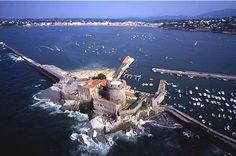 Le fort de Socoa fut consolidé par Vauban afin protéger de l'entrée du port de…