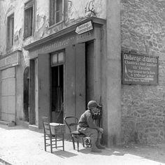 Gi's de la 83 ème division surveillant les bombardements de cézembre lors de la libération de Saint-Malo. Photo prise par photographe  correspond de guerre David Sherman.