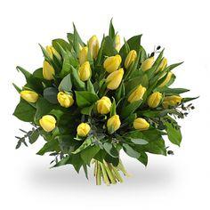 Vrolijk boeket van gele tulpen met diverse soorten groen.