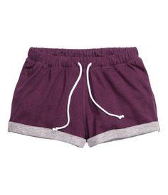 Khaki green. Short shorts in melange sweatshirt fabric with elasticized drawstring waistband. Sewn cuffs at hems.