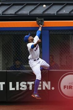 Curtis Granderson, NYM, can't get to the HR/ July 2015 v CHC Curtis Granderson, Mets Team, Jackie Robinson, Team Photos, New York Mets, Espn, Love Story, Worship, Mlb