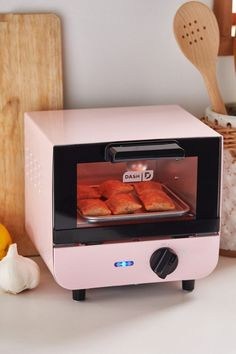 Perfect for mini pizza bagels and teeny treats, this small-scale toaster oven from Dash is perfect for late night snacks, no matter how small your space. Dorm Kitchen, Mini Kitchen, Cute Kitchen, Kitchen Stuff, Mini Toaster, Small Toaster Oven, Dorm Life, Cool Gadgets, Geek Gadgets
