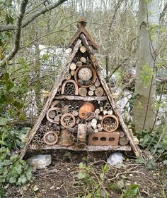 Hotel with insects: 23 ideas to install it in your garden- Hotel mit Insekten: 23 Ideen, um es in Ihrem Garten zu installieren Hotel with insects: 23 ideas to make it in your garden … - Garden Projects, Diy Projects, Project Ideas, Paisley Doodle, Bug Hotel, Cactus Y Suculentas, Woodworking Projects Diy, Garden Structures, Geometric Patterns