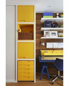 A laca colorida fica perfeita quando contrastada com materiais mais rústicos. Neste quarto de um menino de 6 anos, fizemos uma mistura de um painel de demolição com uma marcenaria moderna, com laca em tons de azul e amarelo, deixando o ambiente divertido. Um dos destaques é a mesa projetada com pés cavalete, permitindo a regulagem da altura de acordo com o crescimento da criança. |  Foto: @denilsonmachadomca #sadalagomide #projetosadalagomide #olhomágicocj #casaejardim | #decor #decoração…