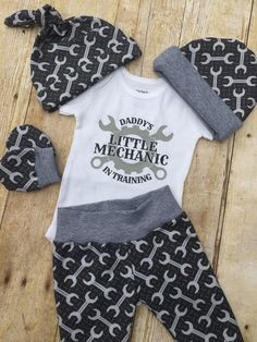 Papas kleines Mechaniker-Baby-Outfit, Baby-Outfit zum Mitnehmen, Neugeborenes-Outfit zum Mitnehmen, Baby B - Products - naissance part naissance bebe faire part felicitation baby boy clothes girl tips Baby Outfits, Boys Summer Outfits, Toddler Outfits, Kids Outfits, Baby Dresses, Baby Boys, Baby Boy Newborn, Baby Mechanic, Newborn Outfit