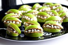 Monster Mouths made of apples, peanut butter, and yogurt covered raisins. Yummy and cute Halloween snack! Healthy Halloween Treats, Halloween Food For Party, Healthy Treats, Halloween Alley, Halloween 2016, Happy Healthy, Spooky Halloween, Halloween Crafts, Healthy Recipes