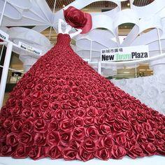 Paper dress by Zoe Bradley Paper Fashion, Floral Fashion, Fashion Art, Fashion Show, Fashion Design, Runway Fashion, Flower Dresses, Nice Dresses, Fancy Dress
