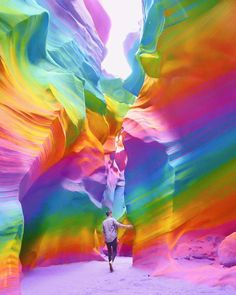 New York Artist Covers Everything In Rainbow Colors Gets Amazing Results. - New York Artist Covers Everything In Rainbow Colors Gets Amazing Results. New York Artist Covers - Colors Of The World, Taste The Rainbow, Over The Rainbow, Rainbow Art, Rainbow Colors, Rainbow Room, Rainbow Aesthetic, Jolie Photo, Editing Pictures