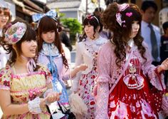 Some cool GIRL images: Girls Out! Image by Sprengben [why not get a friend] Chikka day in Kyoto. OMG I was really surprised to see this Mangalike girls in real life… I don't know what their missio… Japanese Streets, Japanese Street Fashion, Japanese Geisha, Japanese Girl, Japanese Culture, Cool Girl Images, Kyoto, Lolita Fashion, Girl Fashion