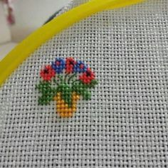 This Pin was discovered by Lat Small Cross Stitch, Cross Stitch Art, Cross Stitch Flowers, Cross Stitch Designs, Cross Stitching, Cross Stitch Embroidery, Hand Embroidery, Cross Stitch Patterns, Embroidery Hoop Crafts