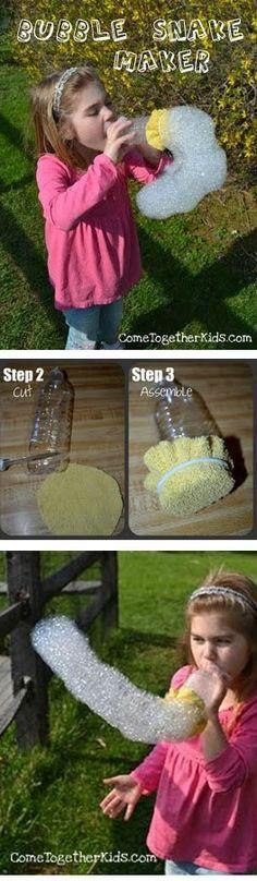Boden d. Plastikflasche abschneiden, Alten Waschlappen mit Gummiband befestigen, in eine Mischung aus Wasser und Spüli tunken, pusten... =) http://www.cometogetherkids.com/2011/04/bubble-snake-maker.html : )