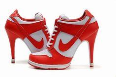 Nike... con tacon. Pues eso a salir corriendo...