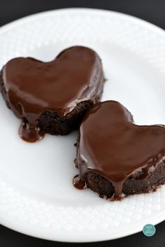 These chocolate cake hearts are perfect for sharing with your sweetheart! A mini chocolate cake topped with ganache and served with love!
