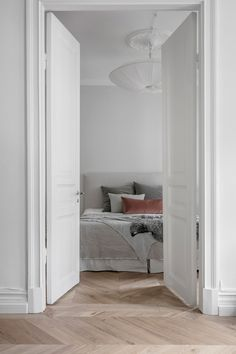 〚 White Swedish apartment with stylish decor sqm) 〛 ◾ Photos ◾Ideas◾ Design Minimalist Bedroom, Modern Bedroom, White Bedroom, Retro Home Decor, Cheap Home Decor, Swedish Interiors, Swedish House, Interior Decorating, Interior Design